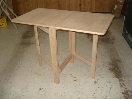Gate leg type table in oak.
